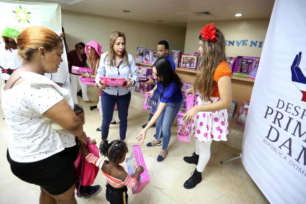 Read more about the article Despacho de la Primera Dama lleva alegría y juguetes a niños y niñas del Hospital Materno Infantil San Lorenzo de Los Mina