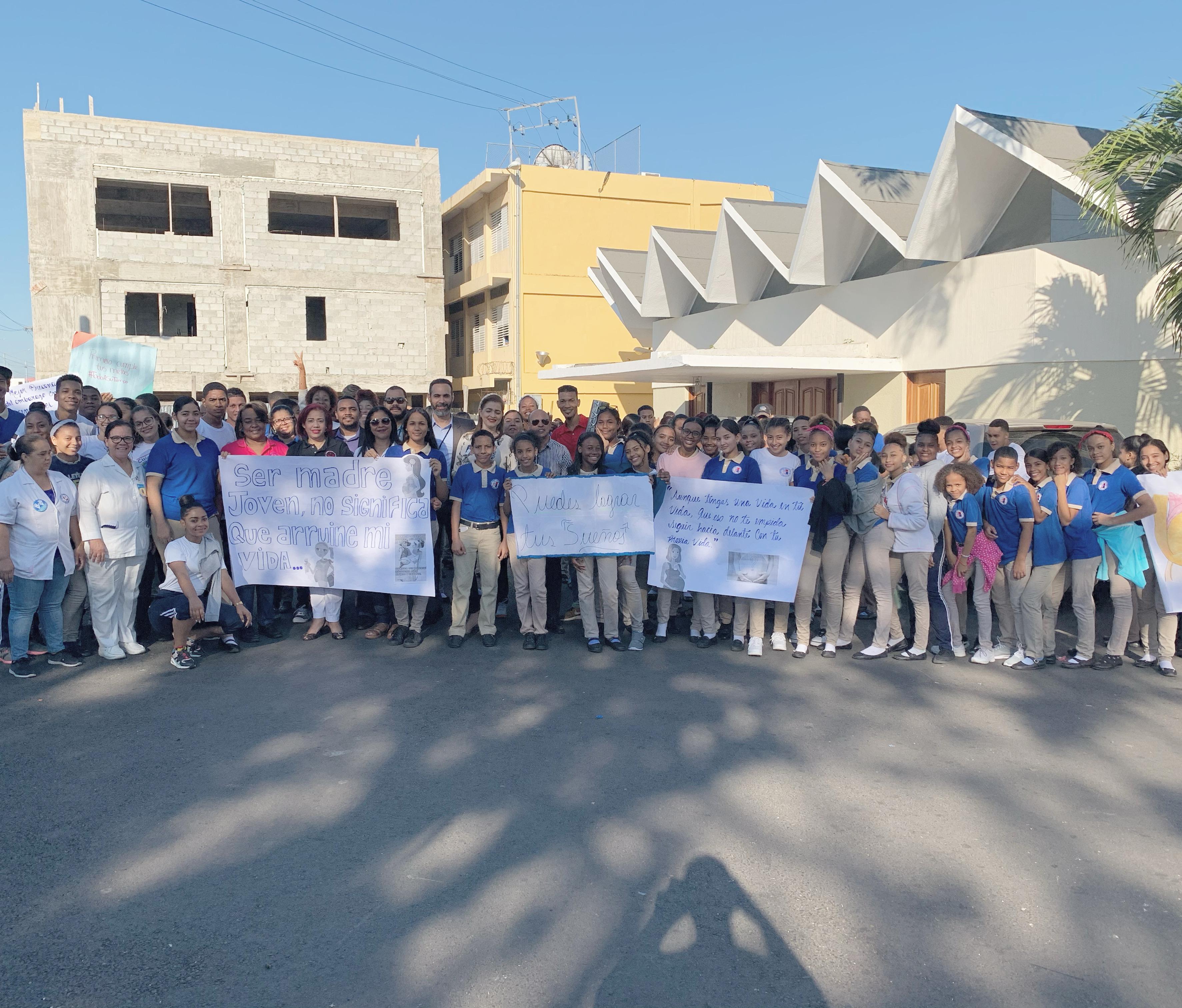 Read more about the article Hospital Materno Infantil San Lorenzo de Los Mina y escuela San Vicente de Paúl realizan caminata por la prevención de embarazo en adolescentes
